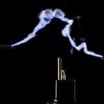 Телефон зарядили с помощью молнии